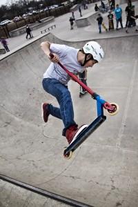 La trot freestyle dans un skatepark