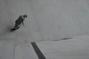 La trot freestyle dans un skate park